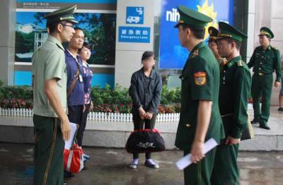 获解救的13岁越南少女通过东兴口岸回国. 黄卓 摄-13岁 越南新娘