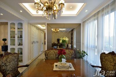 白色护墙板的使用贯穿始终,金黄色的立体软包床头背景和欧式罗马柱等图片