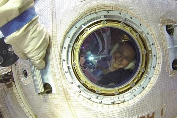 俄罗斯美女宇航员社交网上晒太空生活工作照