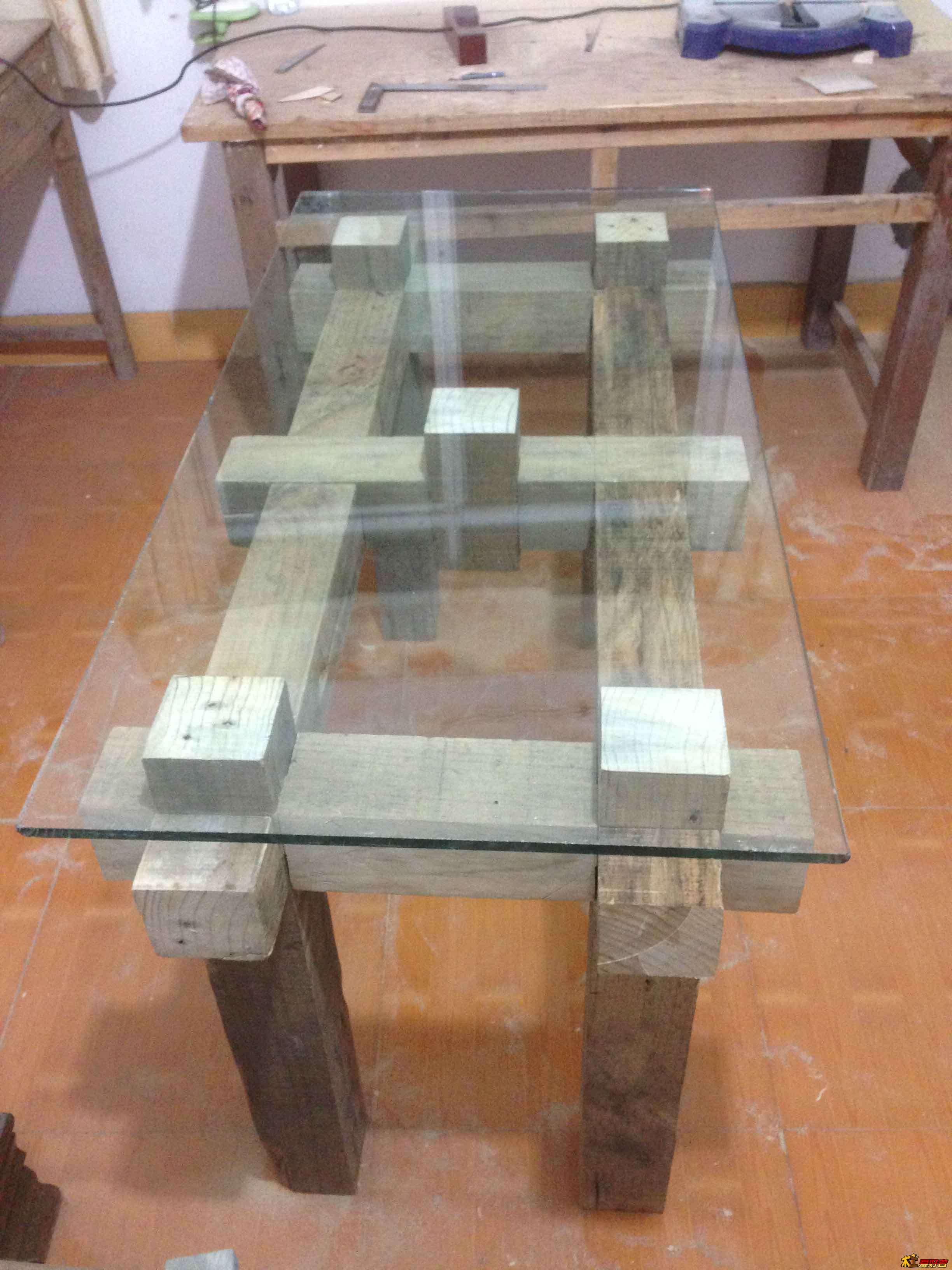 松木旧料制作电脑桌 一直想做个电脑桌,前些日子在二手家具市场发现了几根松木方料,突然有了想法,就用这种大方木料做个桌子,木料表面不要处理,就这么直接用,处理干净了反而没有意思,桌面就用玻璃,当即就把木料买了回来,想好了造型,计算好尺寸,就开始下料,加工,当时草图都没有来得及画。 2米长的方料,10公分*10公分 按尺寸截好 加工 加工好的料 拼装之后 放上玻璃,玻璃后1.
